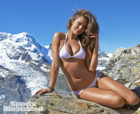 Модель Эмили Ди Донато фотографируют в горах для Sports Illustrated